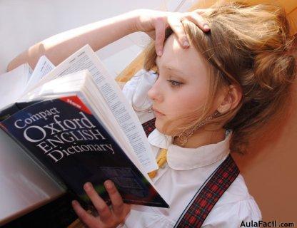 chica aprendiendo inglés