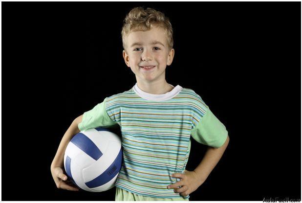 niño con pelota